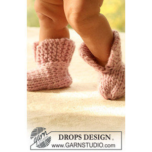 Little Peach by DROPS Design - Knitted Baby Poncho and Booties Pattern Size 1 months - 4 years