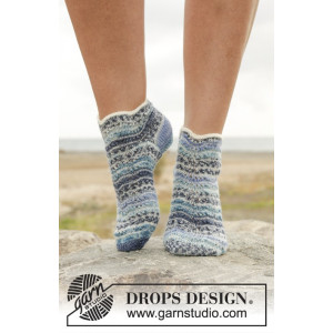 Dancing Zoe by DROPS Design - Knitted Socks with Stripes and Wave Pattern size 35/37 - 41/43
