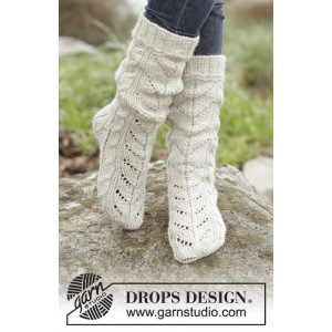 White Cables by DROPS Design - Knitted Socks with Cables Pattern size 35/37 - 41/43