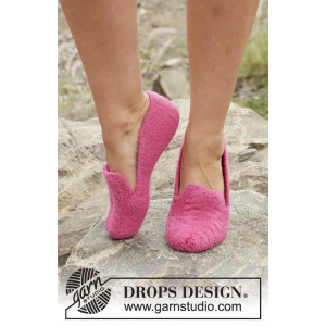 Cozy June by DROPS Design - Felted Slippers with Cables Pattern size 35/37 - 41/43