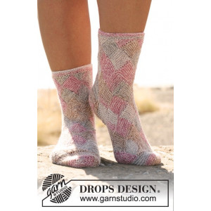 Fair and Square by DROPS Design - Knitted Socks with Squared Design Pattern size 35/37 - 41/43