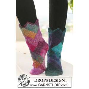 Harlekin Socks by DROPS Design - Knitted Socks with Blue and Red notes Pattern size 35/37 - 41/43