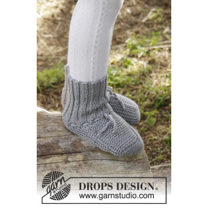 Juniper Pie by DROPS Design - Knitted Slippers in Garter Stitch Pattern size 0 months - 4 years
